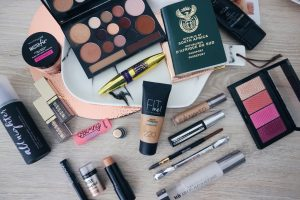 TRAVEL FRIENDLY MAKE-UP